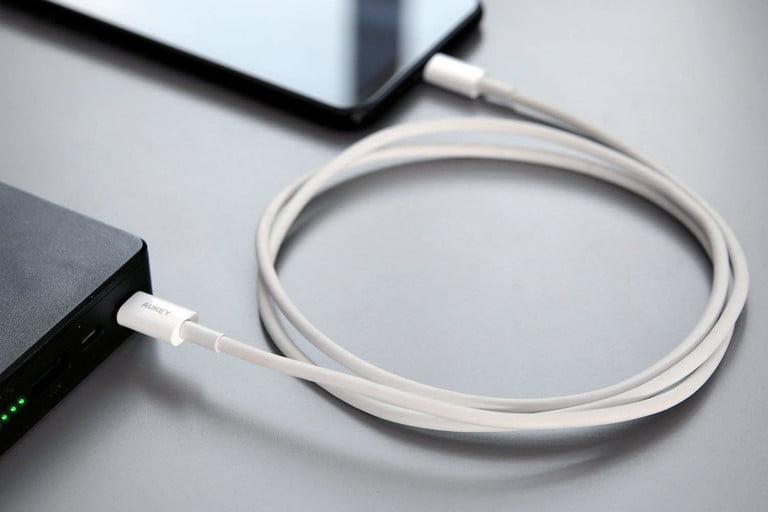 شارژر موبایل چند ولت است